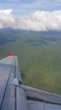 Sikt från flygplanfönster, bästa sikt från flygplanet, moln på himlen och sikt från flygplanfönster Arkivbilder