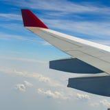 Sikt från flygplanfönster med blå himmel Royaltyfri Bild