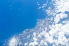 Sikt från flygplanfönstret, kustlinjen av den Incheon Gwang-yeoksi flygplatsen Arkivbild