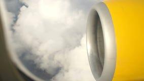 Sikt från flygplanfönstret på de vita molnen lager videofilmer