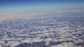 Sikt från flygplanfönstret på molnavvikelsen från Lissabon arkivfilmer