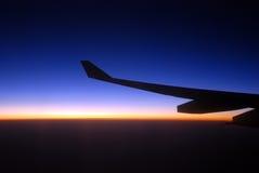 Sikt från flygplanfönstret på soluppgången Royaltyfria Bilder