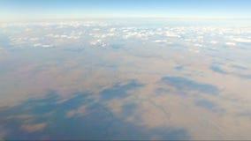 Sikt från flygplanfönstret som visar röda jord- och flodsängar i form av åder stock video