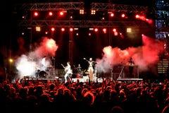Sikt från folkmassan av konserten av Laredningen (musikband) på MBC-festen Royaltyfria Foton