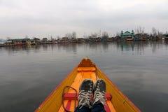 Sikt från framdel av Shikara på Dal Lake, Srinagar Royaltyfri Foto