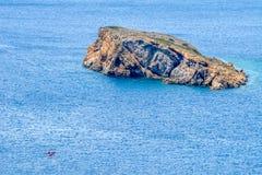 Sikt från gammalgrekiskatemplet av Poseidon på udde Sounion royaltyfria foton