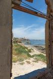 Sikt från gammalt hus av Marine Protected område av Plemmirio i Syr Royaltyfri Bild