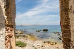 Sikt från gammalt hus av Marine Protected område av Plemmirio i Syr Royaltyfri Fotografi