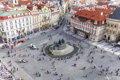 Sikt från gammalt stadshus på Prague, gammal stadfyrkant, Jan Hus Memoria; , Tjeckien Arkivfoton