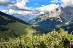 Sikt från Grosse Scheidegg till den Grindelwald dalen, schweiziska fjällängar Royaltyfri Foto