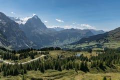 Sikt från Grosse Scheidegg till den Grindelwald dalen, schweiziska fjällängar Royaltyfri Bild