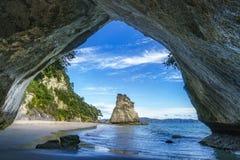 Sikt från grottan på domkyrkalilla viken, coromandel, Nya Zeeland 41 Royaltyfri Fotografi