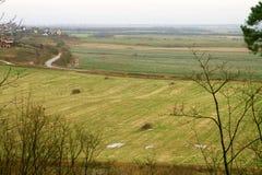 Sikt från höjden av de gröna ängarna och byn Arkivfoton