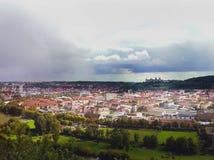 Sikt från höjden av den europeiska staden En forntida slott i avståndet i molnen thunderstorm arkivbilder