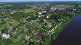Sikt från höjden på den gamla antagandekloster Gamla Ladoga, Ryssland arkivfilmer