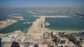 Sikt från höjderna på Palm Jumeirah i Dubai Panorama av kusten av Dubai stock video