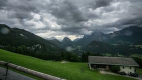 Sikt från Haus Loderbichl på österrikisk fjällängtimelapse arkivfilmer