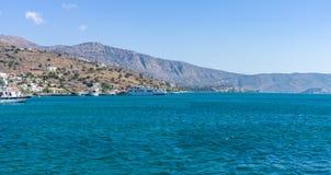 Sikt från havet på norrkusten av Kreta Royaltyfri Fotografi