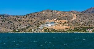 Sikt från havet på norrkusten av Kreta, Royaltyfri Fotografi