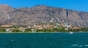 Sikt från havet på norrkusten av Kreta Arkivbild