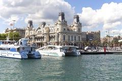 Sikt från havet på port Vell och Barcelonas gamla egenar som bygger, Spanien Royaltyfri Foto
