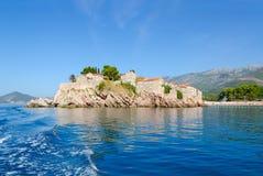 Sikt från havet till den berömda ön av St Stephen Sveti Stefan, Montenegro Arkivfoto