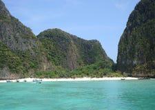 Sikt från havet till den tropiska ön Ko Phi Phi Le & x28; Leh& x29; , Maya Bay royaltyfri foto