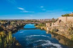 Sikt från helgonet Martin Bridge över Tagus River, Toledo, Spanien Arkivbild