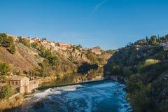 Sikt från helgonet Martin Bridge över Tagus River, Toledo, Spanien Arkivfoto