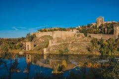Sikt från helgonet Martin Bridge över Tagus River, Toledo, Spanien Arkivbilder