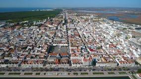 _ Sikt från himlen av byn av Vili Real Santo Antonio och den Guadiana floden lager videofilmer