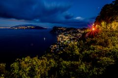 Sikt från hotellet San Michele i Anacapri på skymning, Capri, Italien Fotografering för Bildbyråer