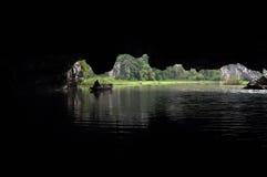 Sikt från inre av en grotta. Tam Coc Vietnam Arkivbilder