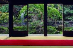 Sikt från inre på en japansk trädgård i Kyoto Royaltyfri Fotografi