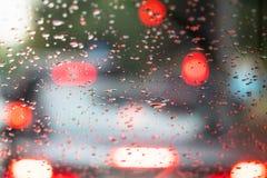 Sikt från insidan på regndroppar på vindrutan arkivfoton