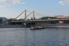 Sikt från invallningen på floden Royaltyfria Foton