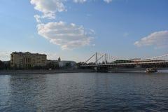 Sikt från invallningen på floden Arkivfoto