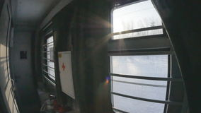 Sikt från järnvägfönstret Soluppgång för ligganderussia för 33c januari ural vinter temperatur stock video