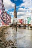 Sikt från kanalen till domkyrkan i Hamburg Royaltyfria Bilder