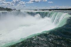 Sikt från kanten av Niagara Falls Royaltyfri Foto