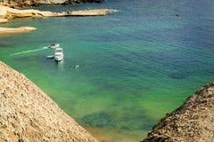 Sikt från klipporna nära den Tuffieha fjärdstranden, Malta Arkivfoto