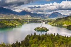 Sikt från kullen Ojstrica till det mest berömda stället i Slovenien Blejski Otok royaltyfria bilder