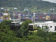 Sikt från kullen på porten av Singapore och kabiner av cablewayen över dem royaltyfria bilder