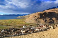 Sikt från kullen till Himalayas, fälten, sjöTsoen Moriri och byn Korzok, Ladakh, Indien Fotografering för Bildbyråer