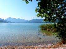 Sikt från kusten över sjön i bergen 1 royaltyfria bilder