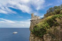 Sikt från kusten av den gotiska slotten i byn av Gaspra-svalors rede som byggs i 1912 En populär turist- dragning in fotografering för bildbyråer