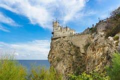Sikt från kusten av den gotiska slotten i byn av Gaspra-svalors rede som byggs i 1912 av teknikern Leonid Sherwood - royaltyfri bild