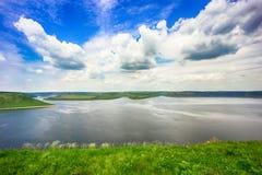 Sikt från kusten av floden Royaltyfri Foto