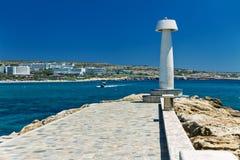 Sikt från från kustporten av Ayia Napa den medelhavs- stranden av Cypern Royaltyfri Bild