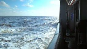 Sikt fr?n lastfartygd?ck till det ?ppna havet skytteln seglar lager videofilmer